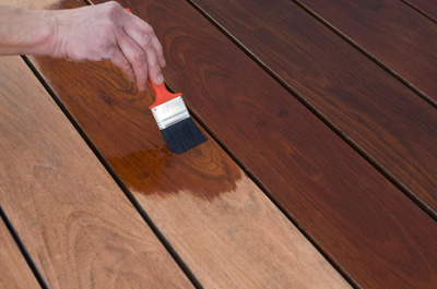 Apply_deck_stain